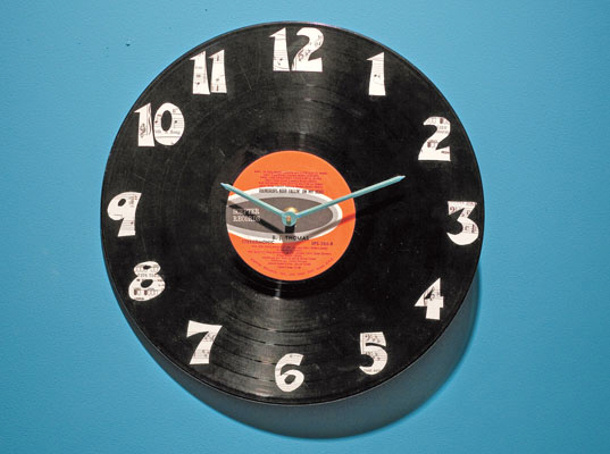 http://www.landeeseelandeedo.com/wp-content/uploads/2016/05/DIY-Fathers-Day-Gift-Ideas-Upcycle-an-old-vintage-vinyl-record-into-a-super-cool-CLOCK-for-Dad-to-put-in-his-office-tutorial-via-inhabitat.jpg