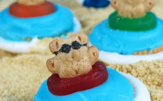 Adorable beach party s'mores treats! I'm dying at how cute these are!