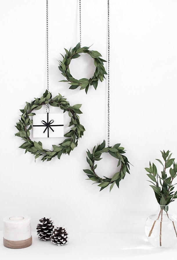I love the simplicity of these pretty mini wreaths! DIY Gift Card Mini Wreath Tutorial | Homey Oh My